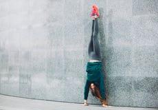 Fille de sport de forme physique dans la rue photo libre de droits