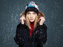 Fille de style d'hiver de Milou belle jeune femme de mode dans le chapeau Photographie stock libre de droits