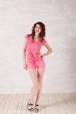 Fille de style de la pin-up dans une robe rose photo stock
