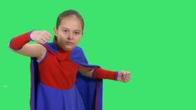Fille de super héros dans la position de combat banque de vidéos