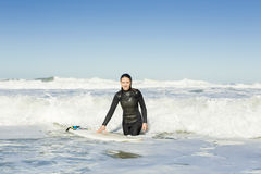 Fille de surfer photographie stock libre de droits