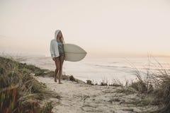 Fille de surfer image libre de droits