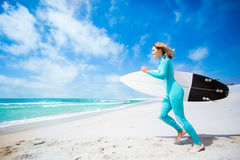 Fille de surfer sur la plage Photo libre de droits
