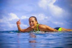 Fille de surfer sur la vague bleue étonnante Image libre de droits