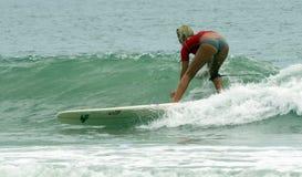 Fille de surfer surfant l'événement de classique de Wahine Photographie stock