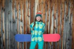 Fille de surfeur se reposant sur la terrasse d'une maison en bois Images stock