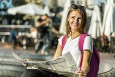 Fille de touristes avec la carte Image libre de droits