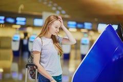 Fille de touristes avec le sac à dos dans l'aéroport international Image stock