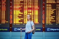 Fille de touristes avec le sac à dos dans l'aéroport international Image libre de droits