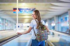Fille de touristes avec le sac à dos dans l'aéroport international Images libres de droits