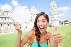 Fille de touristes de voyage montrant le connexion Pise, Italie Photographie stock libre de droits