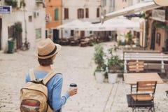 Fille de touristes marchant dans la ville pendant des vacances Femme gaie voyageant à l'étranger en été voyage et concept actif d photos libres de droits