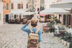Fille de touristes marchant dans la ville pendant des vacances Femme gaie voyageant ? l'?tranger en ?t? voyage et concept actif d photo stock