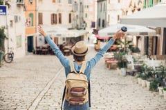 Fille de touristes marchant dans la ville pendant des vacances Femme gaie voyageant ? l'?tranger en ?t? voyage et concept actif d photo libre de droits