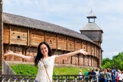 Fille de touristes sur le fond du château Images libres de droits
