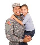 Fille de transport de père militaire Photos stock