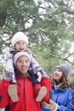 Fille de transport de père sur des épaules en hiver Photo stock