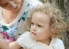 Fille de trois ans avec sa mère Photographie stock libre de droits