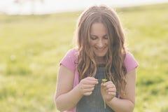 Fille de Tween avec la marguerite Photographie stock libre de droits