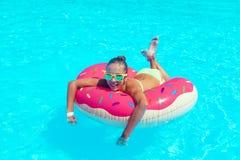 Fille de Tween dans la piscine de station de vacances Photo libre de droits