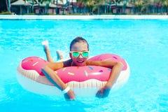Fille de Tween dans la piscine de station de vacances Image stock