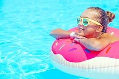 Fille de Tween dans la piscine de station de vacances Photos stock