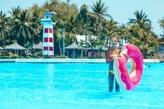 Fille de Tween dans le parc aquatique Photographie stock libre de droits