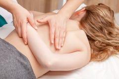 Fille de Tween recevant le traitement osteopathic ou le massage médical o photos stock