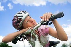 Fille de vélo regardant le soleil Images libres de droits