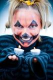 Fille de Veille de la toussaint avec des bougies Image stock