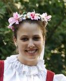 Fille de verticale dans un costum folklorique Image libre de droits