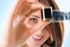 Fille de verticale de plans rapprochés jolie avec le film de photo Images libres de droits