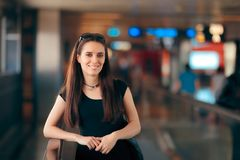 Fille de voyage avec le sac à main de client dans le terminal de station d'aéroport Photographie stock libre de droits