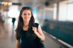 Fille de voyage avec le sac à main de client dans le terminal de station d'aéroport Image stock