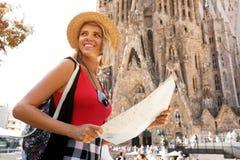Fille de voyageur à Barcelone devant Sagrada Familia La prise et le regard de touristes de femme tracent, aventure de concept photos stock