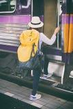 Fille de voyageur avec la promenade de sac à dos vers le haut seul du train jour de voyage Photos stock