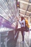 Fille de voyageur avec la promenade de sac à dos vers le haut seul du train jour de voyage Images stock