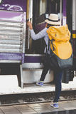 Fille de voyageur avec la promenade de sac à dos vers le haut seul du train jour de voyage Image libre de droits