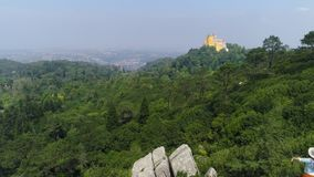 Fille de vue aérienne appréciant le jour ensoleillé en montagnes clips vidéos