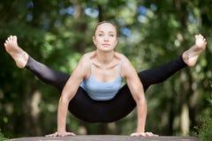 Fille de yoga établissant dans la forêt images stock