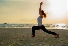 Fille de yoga sur la pratique Image stock