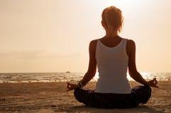 Fille de yoga sur la pratique Photographie stock libre de droits