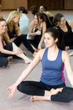 Fille de yogi s'asseyant dans la posture de lotus dans la classe Photo libre de droits