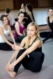Fille de yogi s'exerçant dans la classe Images stock