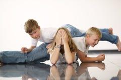 Fille de Youngl avec des frères Photographie stock libre de droits