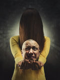Fille de zombi avec la tête dans des mains Photo libre de droits