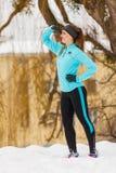 Fille debout, vêtements de sport de port d'hiver, fond urbain Photos libres de droits