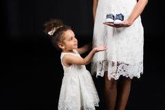 Fille demandant à la mère de donner des chaussures Photos stock