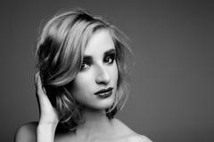 Fille dernier cri de Beautyful dans un studio Photographie stock libre de droits