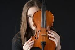 Fille derrière le violon Photographie stock